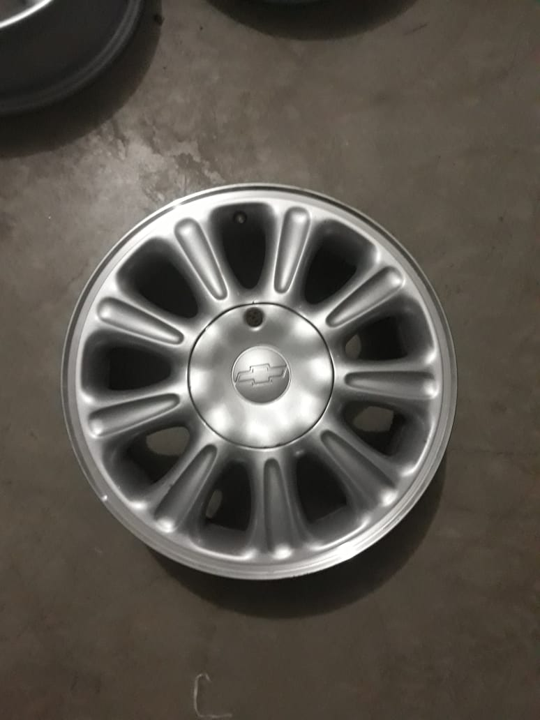 Roda ARO 15 - Original Vectra CD 1998 prata com a borda diamantada - 5x110 - usada